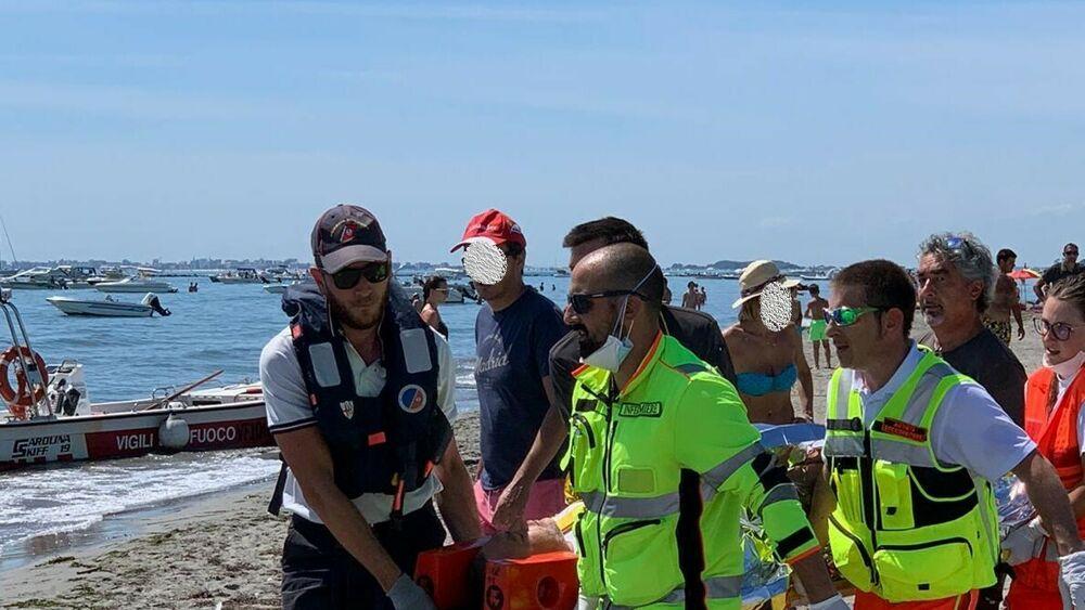 Scoppia una bombola di gas in spiaggia a Grado: due friulani in ospedale, uno è grave thumbnail