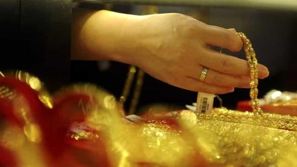 Furto di preziosi per 32mila euro in una gioielleria di via San Lazzaro: donna 32enne ai domiciliari