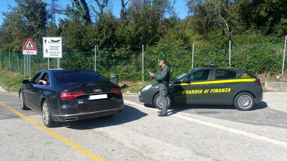 Auto di lusso e grossa cilindrata non importate in italia maxi sequestro della guardia di - Sequestro prima casa ...